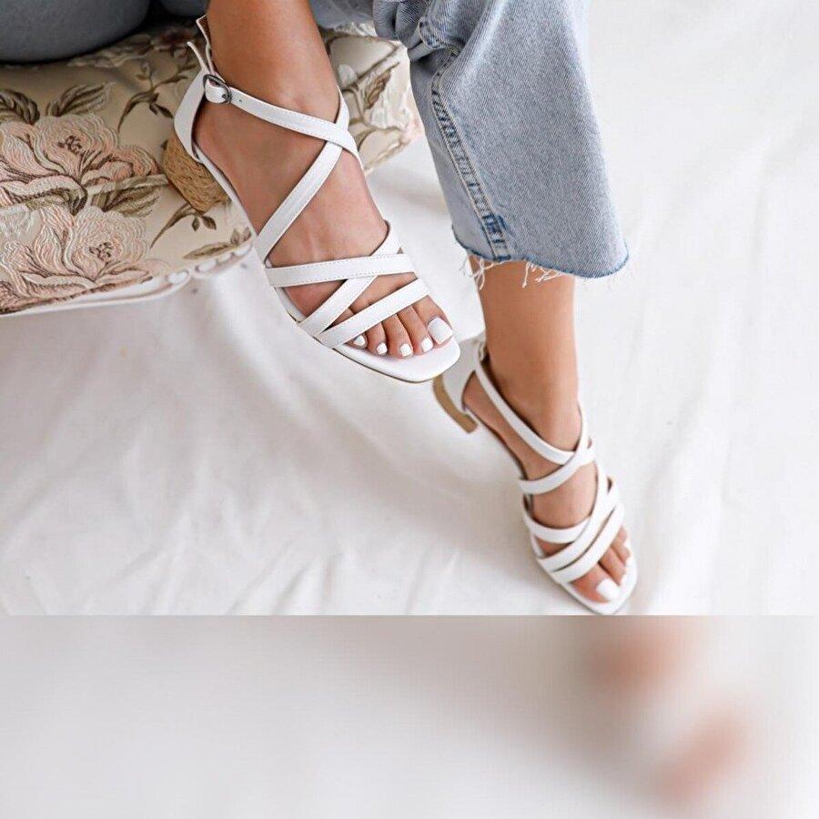 Limoya Malaya Beyaz Çapraz Bantlı Hasırlı Alçak Topuklu Sandalet
